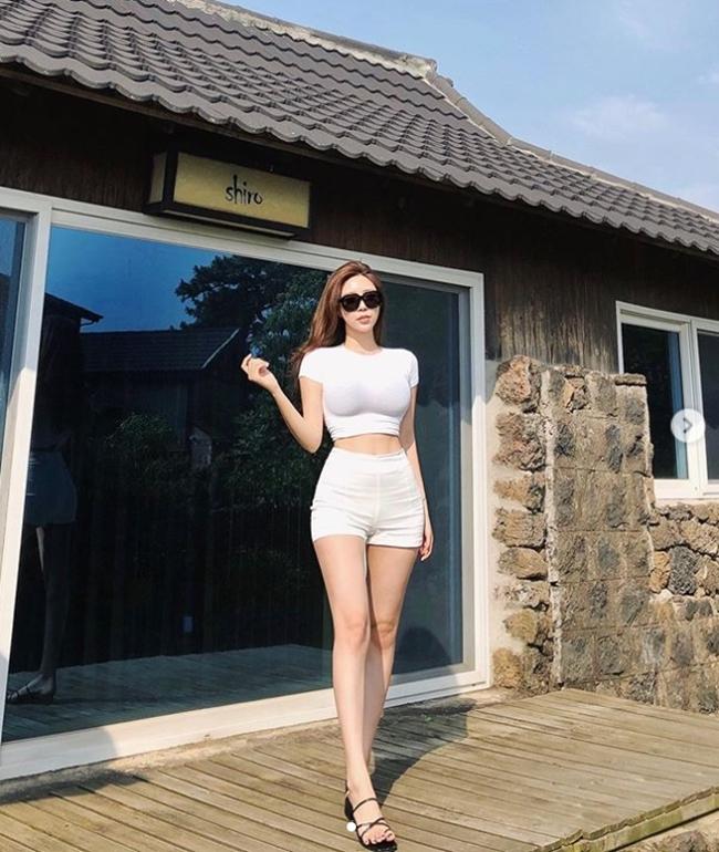 2 tiểu thư thành thị, giàu có nổi tiếng xứ Hàn diện toàn váy, bikini đắt tiền-13