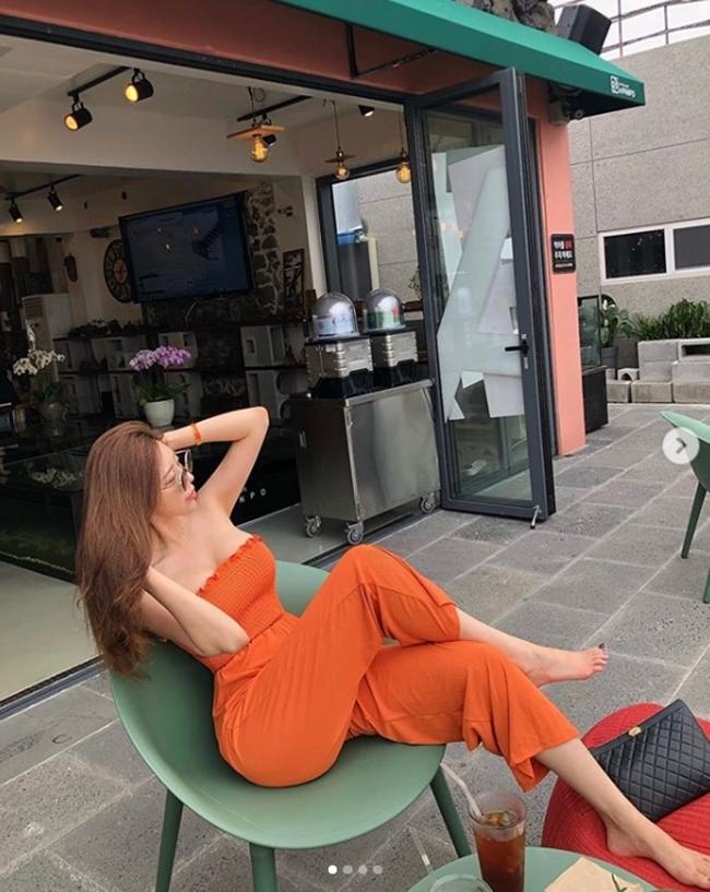 2 tiểu thư thành thị, giàu có nổi tiếng xứ Hàn diện toàn váy, bikini đắt tiền-18