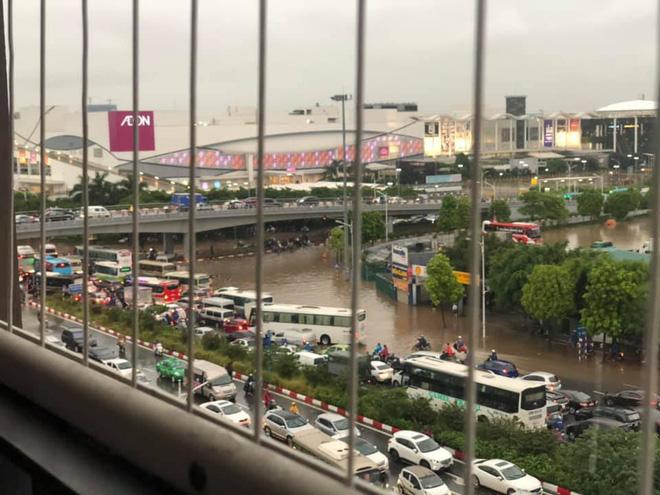 Hà Nội: Sáng thức dậy ngỡ phố hóa sông, chôn chân cả tiếng trên cầu vì ùn tắc-6