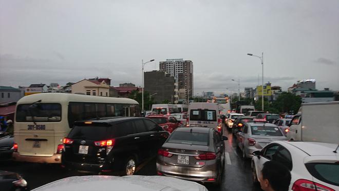 Hà Nội: Sáng thức dậy ngỡ phố hóa sông, chôn chân cả tiếng trên cầu vì ùn tắc-7