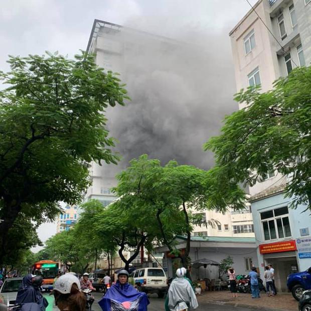 Cháy lớn tại căn nhà 5 tầng trên phố Núi Trúc, nam thanh niên 17 tuổi mắc kẹt được giải cứu kịp thời-1