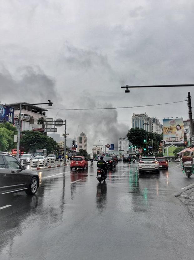 Cháy lớn tại căn nhà 5 tầng trên phố Núi Trúc, nam thanh niên 17 tuổi mắc kẹt được giải cứu kịp thời-2
