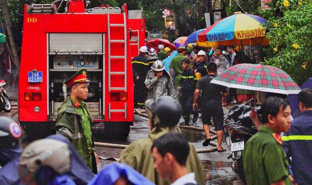 Cháy lớn tại căn nhà 5 tầng trên phố Núi Trúc, nam thanh niên 17 tuổi mắc kẹt được giải cứu kịp thời-3