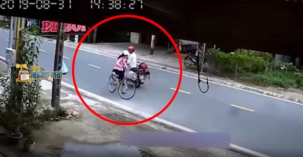 Clip gã đàn ông chặn xe đạp thiếu nữ để giở trò biến thái khiến cộng đồng mạng phẫn nộ-1