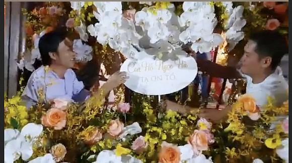 Hà Hồ chia sẻ khoảnh khắc Hoài Linh trêu mình: 'Hồ Ngọc Hà ơi, con đang ngồi làm hoa cho cô đây'-1