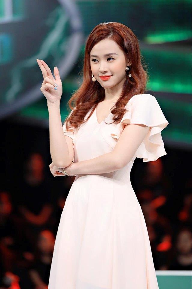 Midu chuộng style nữ tính, mặc đồ hở vừa đủ khoe vai thon-1