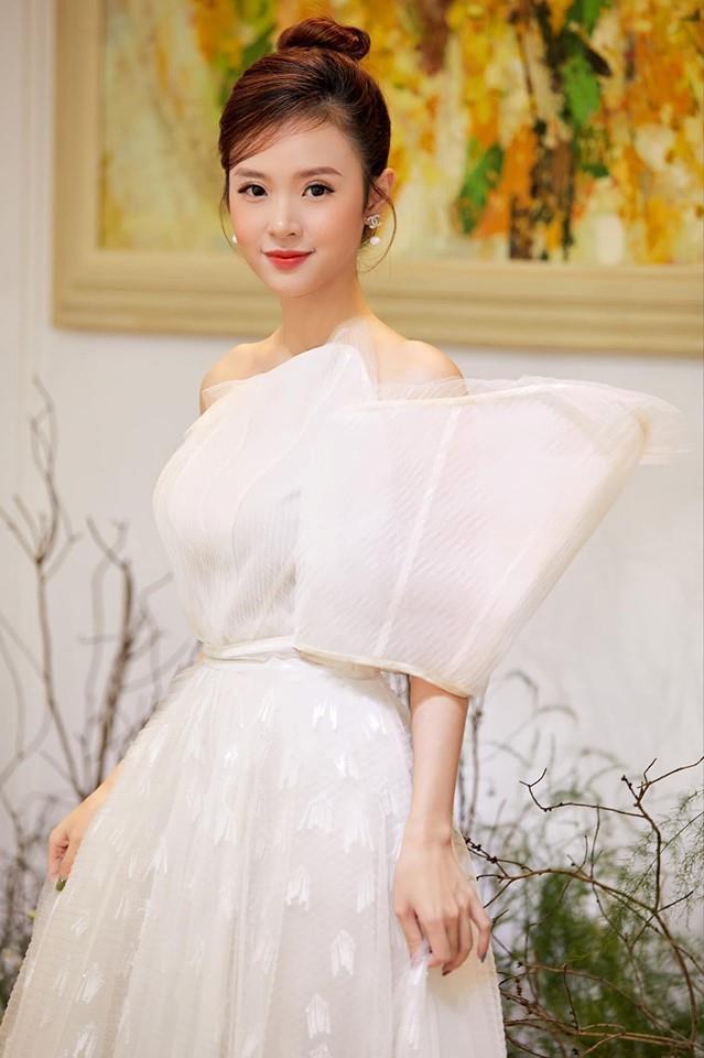 Midu chuộng style nữ tính, mặc đồ hở vừa đủ khoe vai thon-4