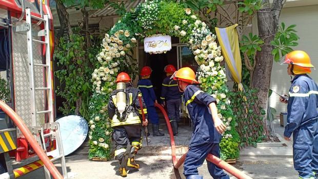 Vừa tổ chức xong lễ thành hôn để ra hàng ăn tiệc, nhà chú rể bỗng bốc cháy ngùn ngụt-1