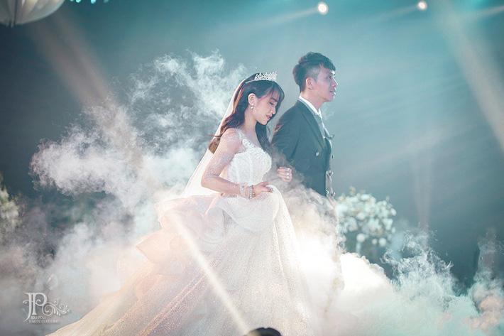 3 bộ váy cưới trị giá 700 triệu của ái nữ nhà Minh Nhựa: Áo dài có thể tiết kiệm nhưng váy cưới phải xa hoa bậc nhất-4