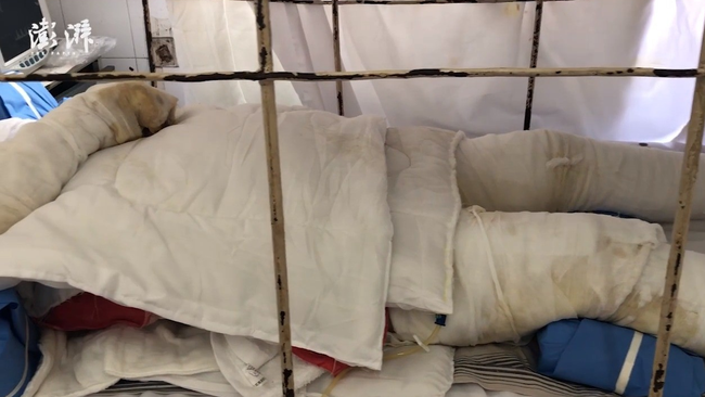 Hình ảnh người phụ nữ đi chùa bất cẩn bị ngã vào hố nhang khiến cơ thể bỏng nặng khiến mọi người hoảng sợ-1