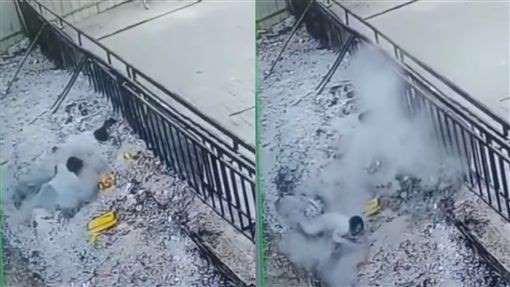 Hình ảnh người phụ nữ đi chùa bất cẩn bị ngã vào hố nhang khiến cơ thể bỏng nặng khiến mọi người hoảng sợ-2