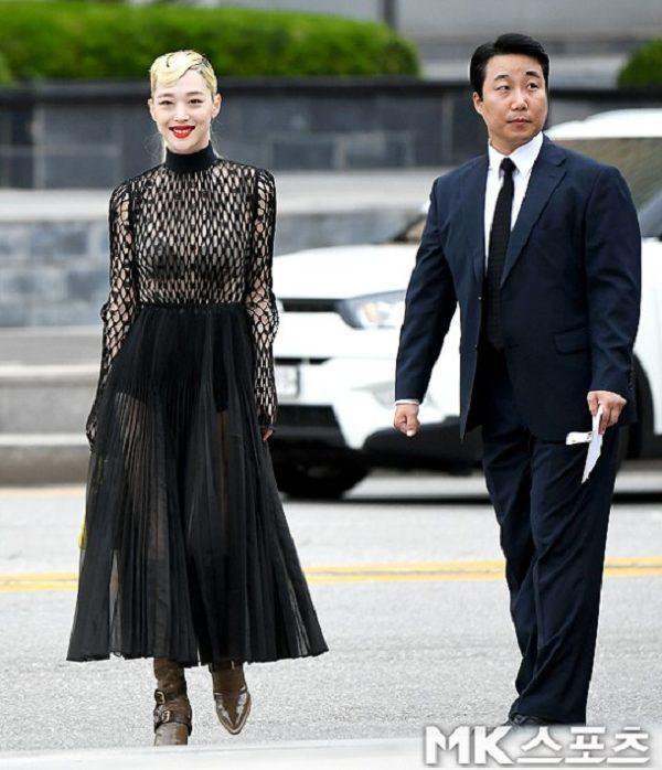 SAO MẶC XẤU: Nhã Phương mặc váy quê mùa sến sẩm - Sulli lộ nội y cùng vòng 1 xập xệ-6