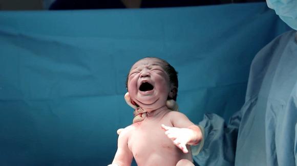 Lê Phương chính thức công khai gương mặt đáng yêu của con gái vừa mới chào đời-1