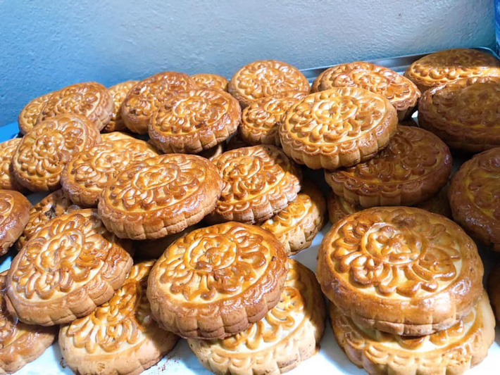 Chưa kịp sửng sốt trước độ hot của bánh Trung thu không nhân, nhiều người tiêu dùng lại tiếp tục phân vân về giá thành của loại bánh này-1