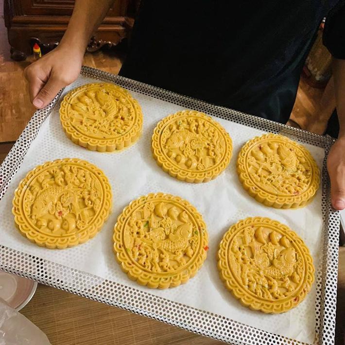 Chưa kịp sửng sốt trước độ hot của bánh Trung thu không nhân, nhiều người tiêu dùng lại tiếp tục phân vân về giá thành của loại bánh này-4