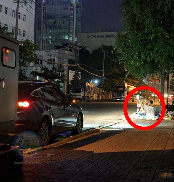 Chủ xe ô tô thấy hai mẹ con đang lục túi rác bên đường và hành động khiến ai cũng khen ngợi-1