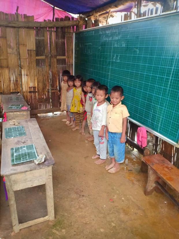 Thương cảm cảnh học sinh vùng cao ngồi học trên nền đất nhão nhoẹt-1