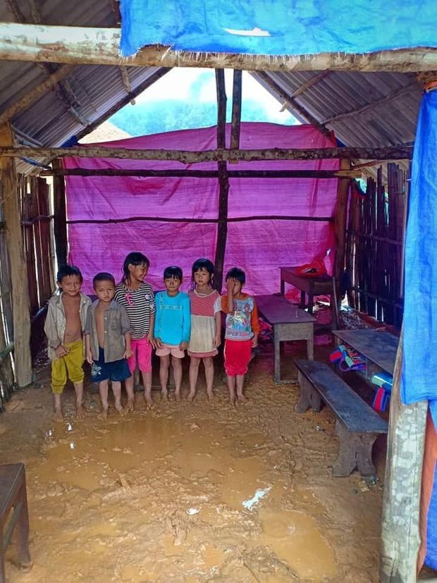 Thương cảm cảnh học sinh vùng cao ngồi học trên nền đất nhão nhoẹt-5