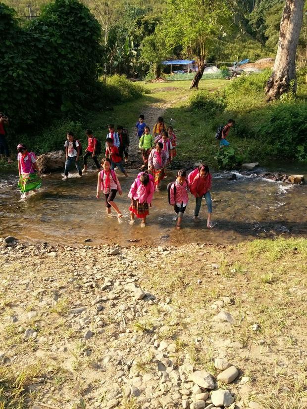 Thương cảm cảnh học sinh vùng cao ngồi học trên nền đất nhão nhoẹt-13