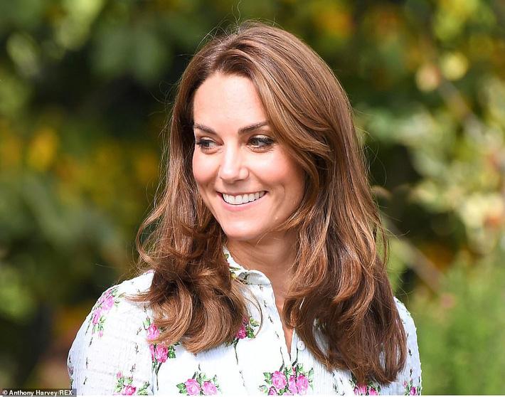 """Công nương Kate đi đôi giày mà Nữ hoàng Anh ghét cay ghét đắng"""" nhưng vẫn được dân tình bênh vực vì chăm tiết kiệm-1"""