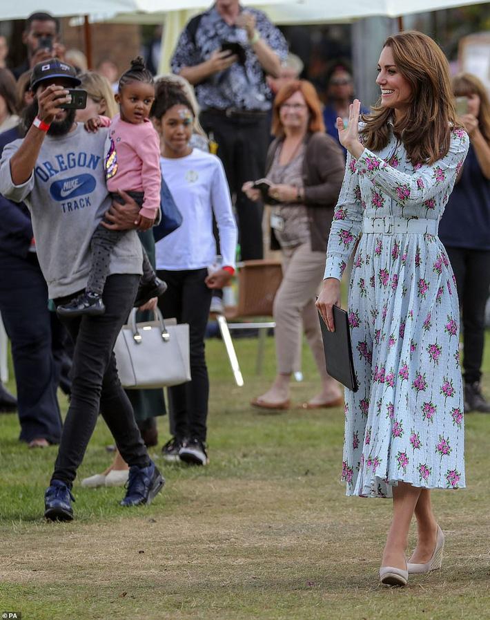 """Công nương Kate đi đôi giày mà Nữ hoàng Anh ghét cay ghét đắng"""" nhưng vẫn được dân tình bênh vực vì chăm tiết kiệm-5"""