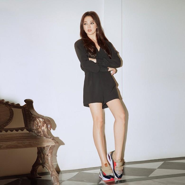 """Song Hye Kyo tiếp tục gây choáng"""" với phong cách khoe thân táo bạo kể từ khi ly hôn Song Joong Ki-1"""