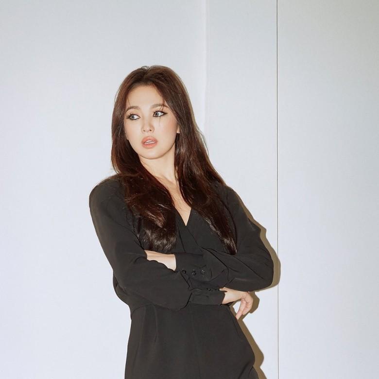 """Song Hye Kyo tiếp tục gây choáng"""" với phong cách khoe thân táo bạo kể từ khi ly hôn Song Joong Ki-2"""