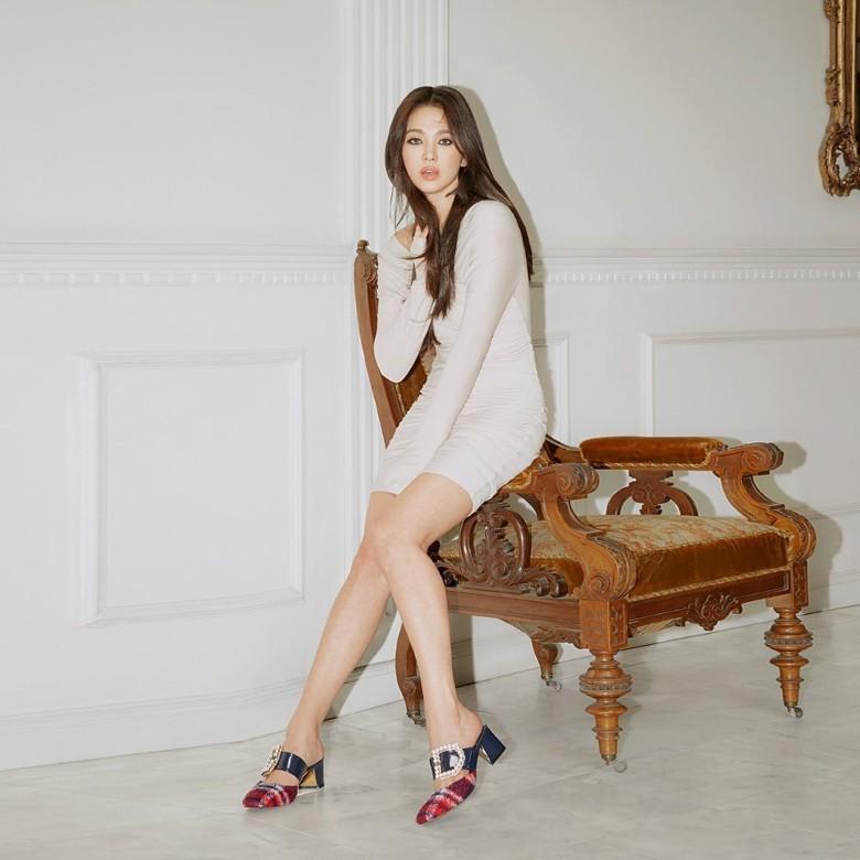 """Song Hye Kyo tiếp tục gây choáng"""" với phong cách khoe thân táo bạo kể từ khi ly hôn Song Joong Ki-5"""