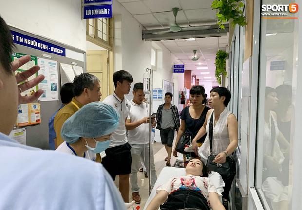 Chồng nữ CĐV trúng pháo: Tôi quá sốc và không dám nhìn vào vết thương của vợ, nó quá kinh khủng-1