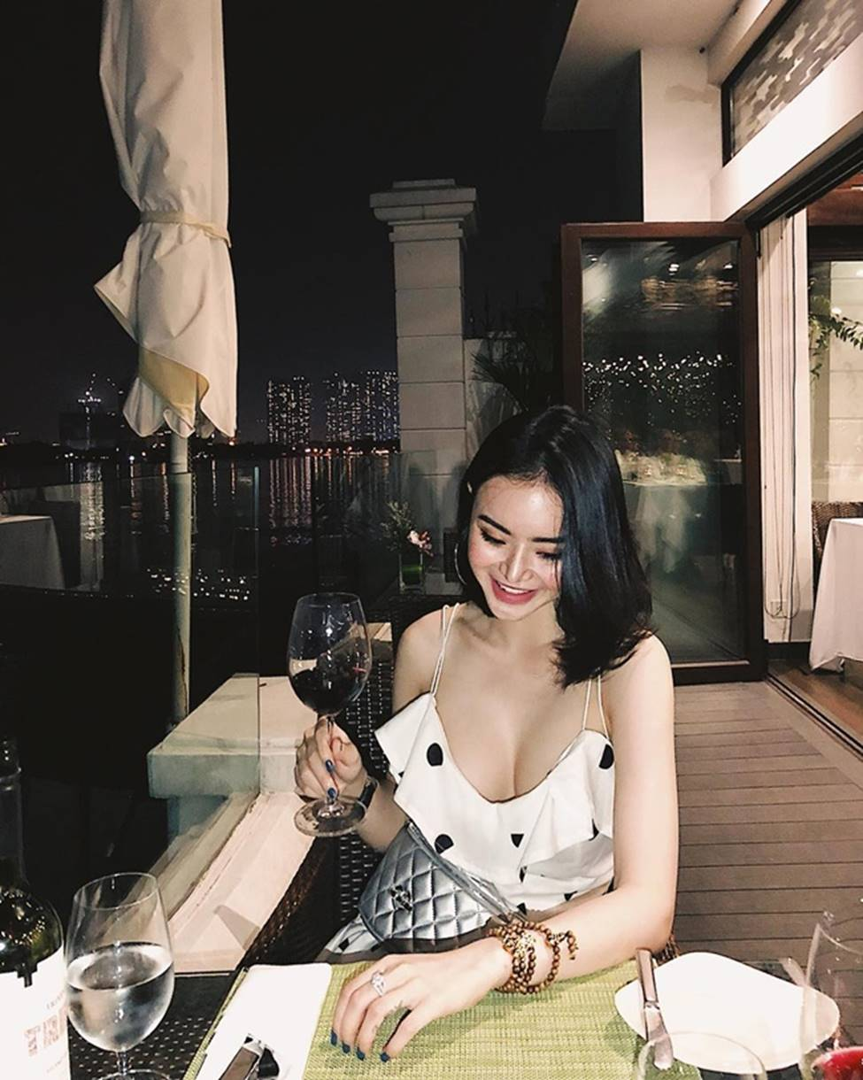 Angela Phương Trinh hết khoe thân, em ruột 23 tuổi lại ngày càng táo bạo-19