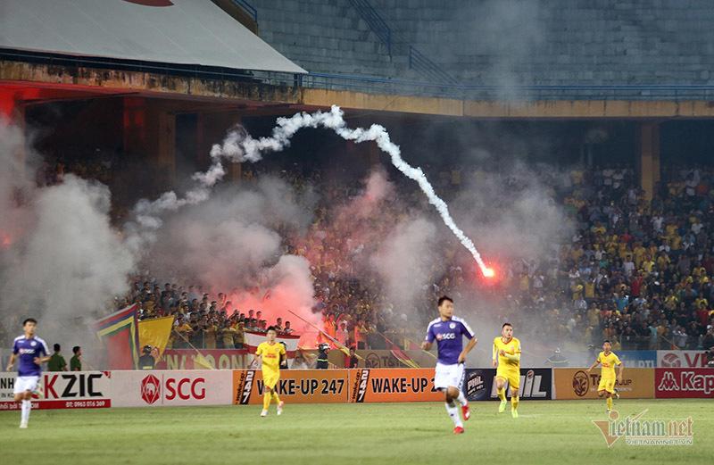 Quả pháo sáng nhơ nhuốc, nỗi đau bóng đá Việt-2