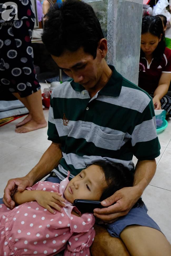 Vợ mới mất 50 ngày thì con gái 6 tuổi nhập viện trị u não ác tính, người đàn ông bất lực giành giật sự sống cho con-6