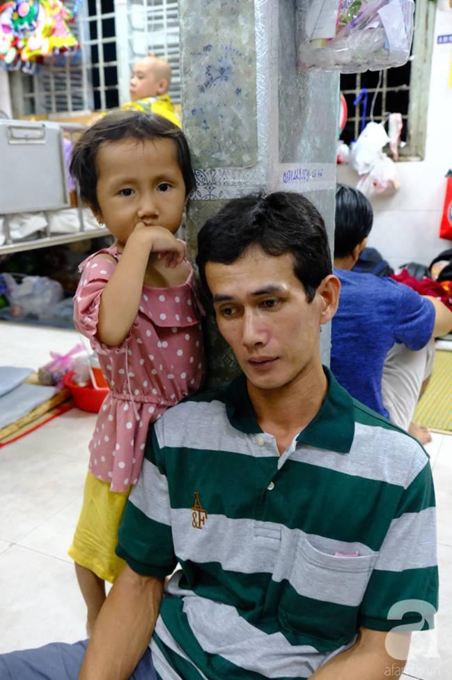 Vợ mới mất 50 ngày thì con gái 6 tuổi nhập viện trị u não ác tính, người đàn ông bất lực giành giật sự sống cho con-9