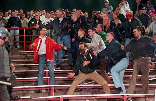 Trước vụ nữ CĐV bị bỏng do pháo sáng, thế giới từng chứng kiến thảm kịch tồi tệ do đám đông hooligan gây ra trên khán đài khiến 39 người chết-10