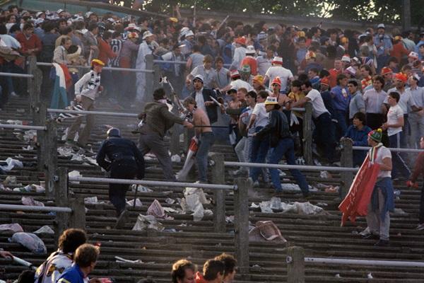 Trước vụ nữ CĐV bị bỏng do pháo sáng, thế giới từng chứng kiến thảm kịch tồi tệ do đám đông hooligan gây ra trên khán đài khiến 39 người chết-4