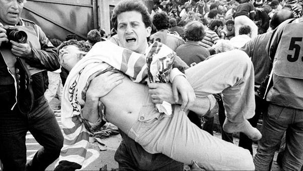 Trước vụ nữ CĐV bị bỏng do pháo sáng, thế giới từng chứng kiến thảm kịch tồi tệ do đám đông hooligan gây ra trên khán đài khiến 39 người chết-5
