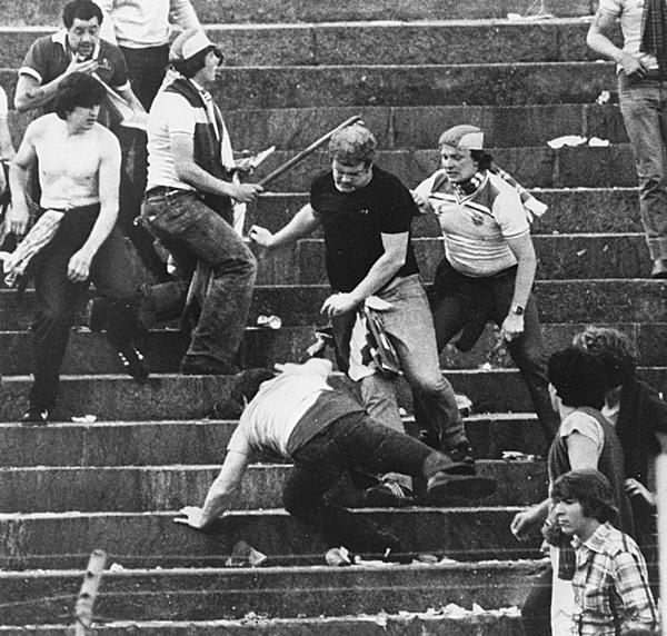 Trước vụ nữ CĐV bị bỏng do pháo sáng, thế giới từng chứng kiến thảm kịch tồi tệ do đám đông hooligan gây ra trên khán đài khiến 39 người chết-6