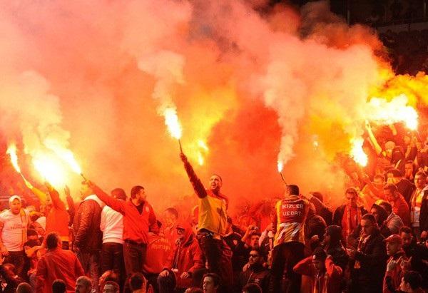 Trước vụ nữ CĐV bị bỏng do pháo sáng, thế giới từng chứng kiến thảm kịch tồi tệ do đám đông hooligan gây ra trên khán đài khiến 39 người chết-8