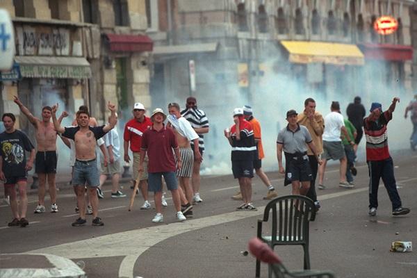 Trước vụ nữ CĐV bị bỏng do pháo sáng, thế giới từng chứng kiến thảm kịch tồi tệ do đám đông hooligan gây ra trên khán đài khiến 39 người chết-9