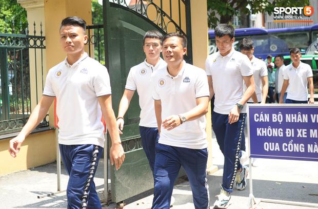 Cầu thủ Hà Nội FC đến bệnh viện thăm CĐV nữ bị bỏng nặng vì trúng pháo-2