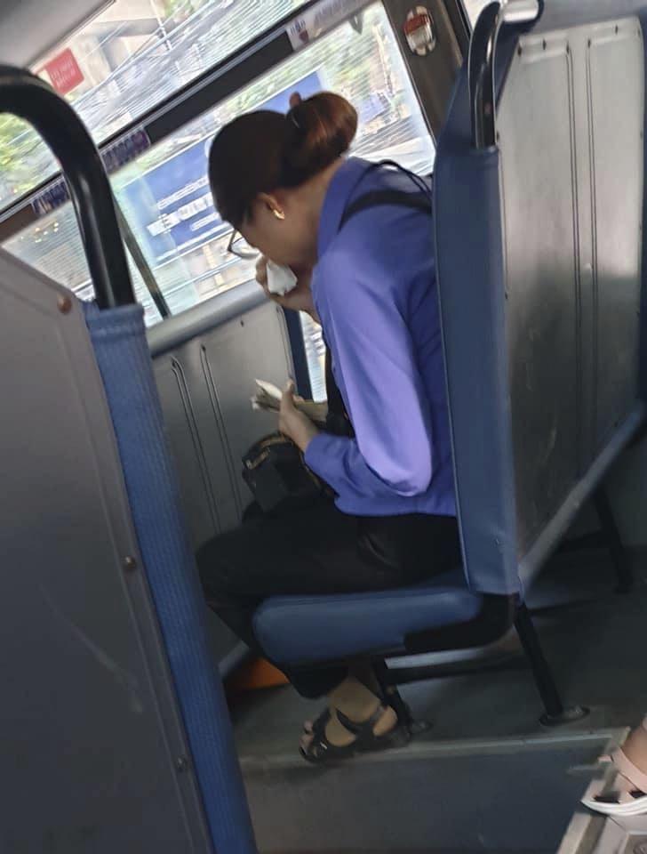 Người phụ nữ làm lơ xe buýt bị mất việc, ngồi khóc nức nở trên xe vì làm mất 7k đồng và câu chuyện khiến dân mạng phẫn nộ đằng sau-2