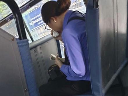 Người phụ nữ làm lơ xe buýt bị mất việc, ngồi khóc nức nở trên xe vì