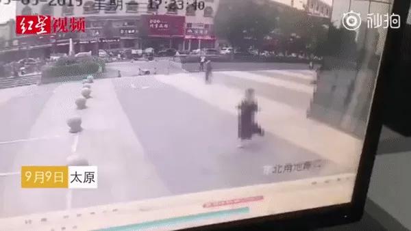 Cô gái trẻ đang thong dong đi trên đường thì bị thanh kim loại rơi trúng tử vong, ám ảnh nhất là khoảnh khắc cuối cùng của nạn nhân-1