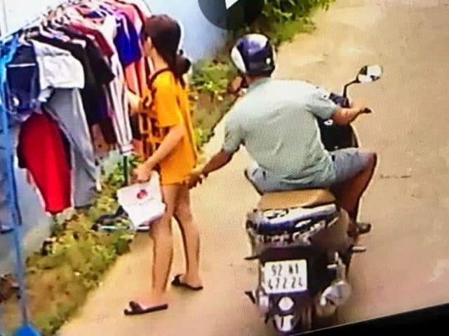 Thanh niên phóng xe máy sàm sỡ cô gái đang phơi đồ-1