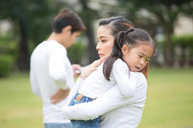 Đằng sau người mẹ hay gắt gỏng, quát mắng con là một người cha vắng mặt-2