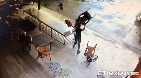Người đàn ông vác ghế đánh cụ bà vì nguyên nhân vừa bất ngờ vừa vô cùng phẫn nộ-1