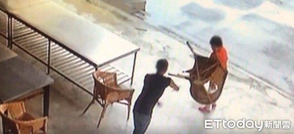 Người đàn ông vác ghế đánh cụ bà vì nguyên nhân vừa bất ngờ vừa vô cùng phẫn nộ-2