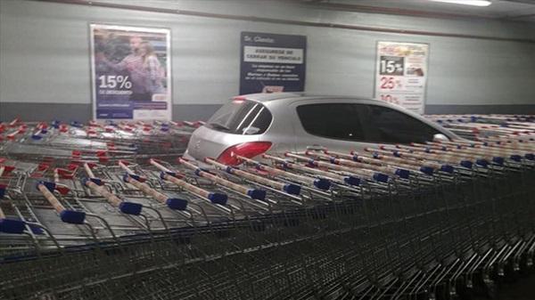 Nhân viên siêu thị tung chiêu trả đũa bá đạo dằn mặt tài xế đỗ xe ẩu-2