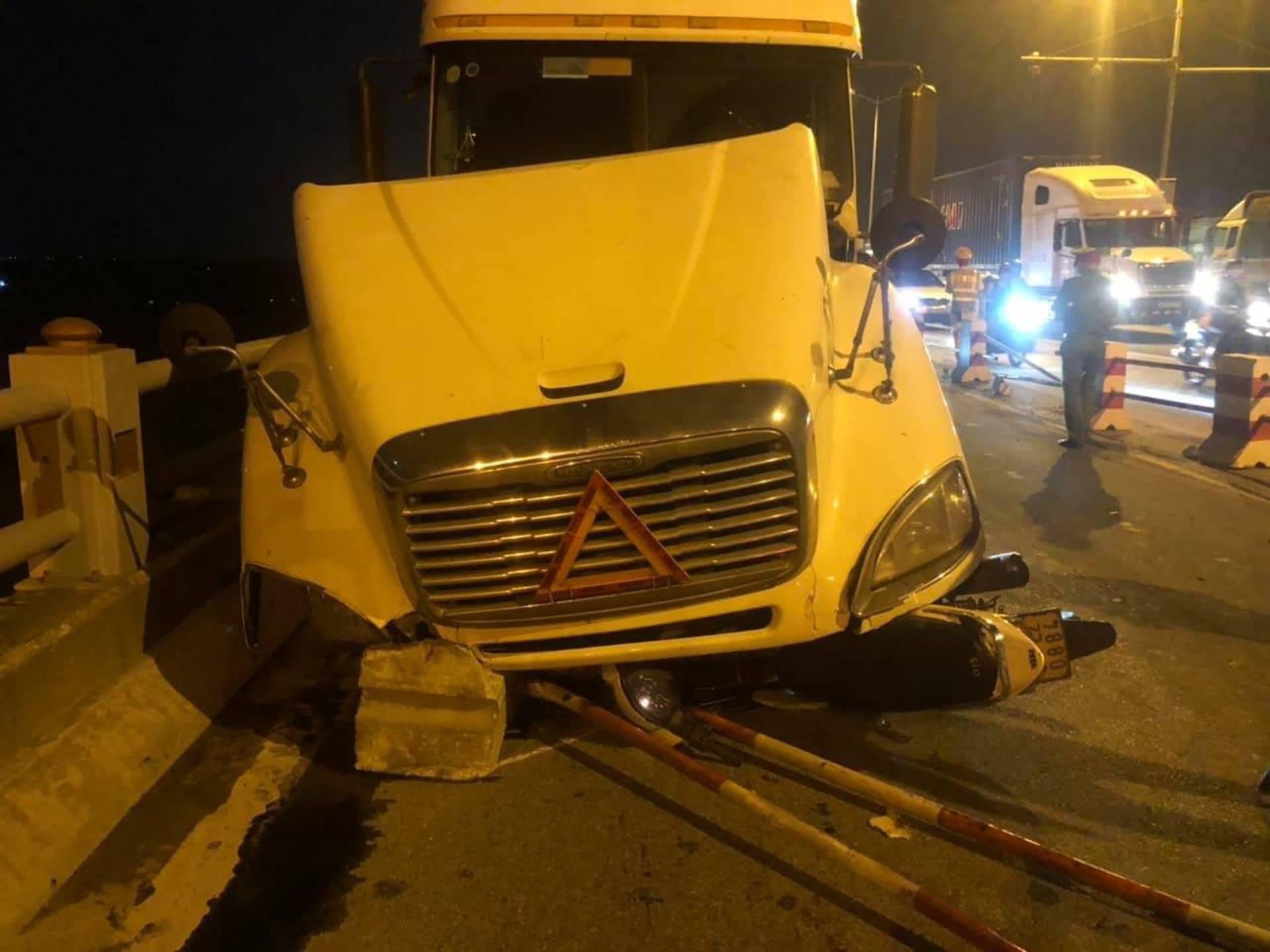 Hà Nội: Container nghi mất lái tông một loạt xe máy trên cầu Thanh Trì rớt xuống sông, ít nhất 3 người bị thương-2