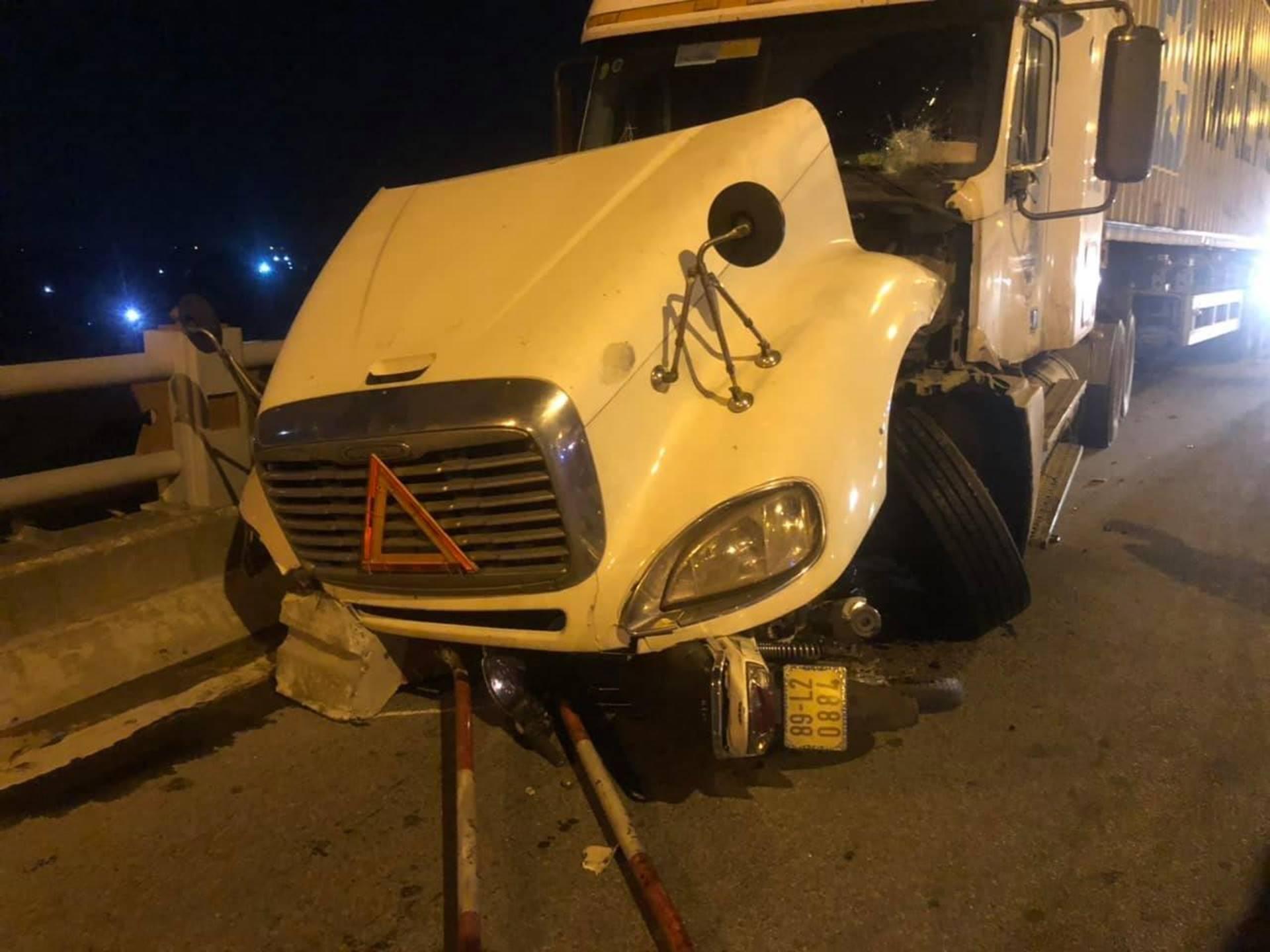 Hà Nội: Container nghi mất lái tông một loạt xe máy trên cầu Thanh Trì rớt xuống sông, ít nhất 3 người bị thương-5